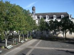 Lycée Victor-Hugo - Français:   lycée Victor-Hugo Bâtiment de l\'horloge, en partie classé (1735) et une partie de la cour