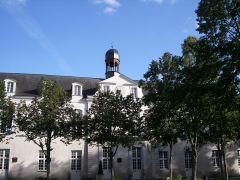 Lycée Victor-Hugo - Français:   lycée Victor-Hugo Bâtiment de l\'horloge, en partie classé (1735)
