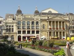 Théâtre municipal - Français:   Immeubles 30 et 31, place de l\'Hôtel-de-Ville, et théâtre municipal Jean-Vilar.