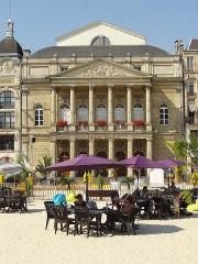 Théâtre municipal - Français:   Théâtre municipal Jean-Vilar, 32 place de l\'Hôtel-de-Ville, et Saint-Quentin-Plage