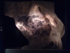 """Grotte ornée du paléolithique supérieur située au lieudit """"Combe d'Arc"""" dite grotte Chauvet - Español: Parque de la Prehistoria de Teverga, Asturias (España). Replica del panel de los caballos de Chauvet"""