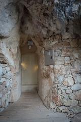 """Grotte ornée du paléolithique supérieur située au lieudit """"Combe d'Arc"""" dite grotte Chauvet - Deutsch: Eingang der Grotte Chauvet im Tal der Ardèche, Frankreich."""