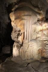 """Grotte ornée du paléolithique supérieur située au lieudit """"Combe d'Arc"""" dite grotte Chauvet - Grand pilier de stalactites près de l'entrée. Caverne du Pont d'Arc (copie de la Grotte Chauvet), géologie."""