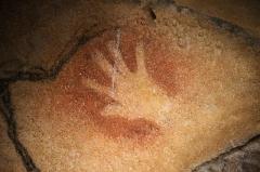 """Grotte ornée du paléolithique supérieur située au lieudit """"Combe d'Arc"""" dite grotte Chauvet - Main négative (fine et petite, probablement celle d'une femme). Caverne du Pont d'Arc (copie de la Grotte Chauvet)."""