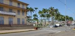 Place de l'Esplanade, dite place des Palmistes - English: French Guiana, Cayenne, avenue du Général-de-Gaulle: Franconie building and place des palmistes.