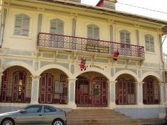 Place de l'Esplanade, dite place des Palmistes - English: Joséphine Horth school in palmiste square