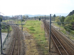 Gare - English: Arrival from Geneva at the city of Culoz railway station in Ain, France. The main line Geneva to Lyon is on the right. The first single track on the left joins the line to Chambéry and the second track on the left also joins this line but enables a stop at Culoz station.