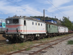 Gare - English: Two BB 80000 (BB 80006, in service between April 1951 and December 2002 [in forefront] and BB 80003, in service between March 1950 and March 2006 [at the end]) and two BB 8100 (BB 8271, in service between March 1955 and May 2001 [second, in green] and BB 8266, in service between May 1955 and December 2002 [third]) parked at the scrapyard of Culoz (Ain, France) on September 9, 2018.