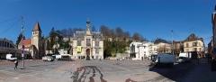 Temple protestant dit église évangélique - Français:   Vue panoramique de la place de l\'Hôtel de ville de Château-Thierry (Aisne, France) , le vendredi, vers 14H00, en fin de marché.