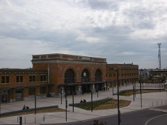 Gare - Français:   La gare de Saint-Quentin et son parvis vus depuis le pont d\'Isle