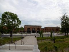 Gare - Français:   La gare de Saint-Quentin et son parvis vus depuis les escaliers