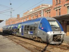 Gare - Français:   Saint-Quentin (Aisne), gare SNCF, côté voies, X 76629 du TER Hauts-de-France devant le bâtiment voyageurs.