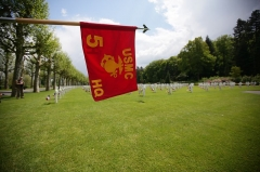 Mémorial Américain du Bois Belleau - English: The guidon Headquarters 5th Marine Regiment, 1st Marine Division flies amidst the graves of those lost in the Battle of Belleau Wood during World War I at Belleau cemetery, May 26. Marines of 5th Marine Regiment, 1st Marine Division preformed drill and provided rifle squad for the Memorial Day ceremony alongside their French marine counterparts as part of a long tradition intended to memorialize those lost at the Battle of Belleau Wood during World War I. (Official Marine Corps photo by: Cpl. Daniel A. Wulz)