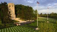 Mémorial Américain du Bois Belleau - English: Aisne-Marne American Cemetery is the final resting place to more than 2,000 Americans that gave their lives in World War I. Headstones and two flagpoles dot the landscape in front of the chapel.