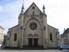 Eglise Saint-Saturnin -  L'église Saint Saturnin à Cusset, place Victor Hugo.
