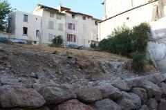 Maison à encorbellement - Français:   Ruines de l\'hôtel Ferrier et de la maison à encorbellement située 3 Grande-Rue, Riez.