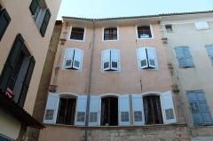 Hôtel - Français:   Hôtel, 7 place Saint-Antoine, Riez.