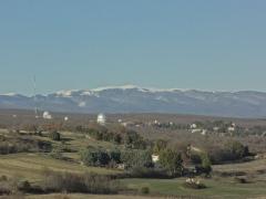 Observatoire de Haute-Provence -  Montagne de Lure et Observatoire de Haute-Provence, vue prise de la colline du Bois des Arnauds