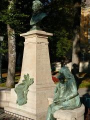 Monument à Clovis Hugues - Français:   Embrun - Monument à Clovis Hugues dans le jardin de l\'Archevêché