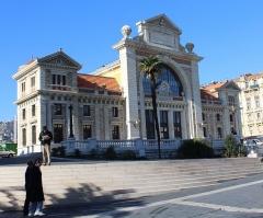 Ancienne gare du Sud - Deutsch: Chemins de fer de Provence: Nice Gare du Sud am 11. Februar 2015. - Das alte Bahnhofsgebäude aus dem Jahre 1892 ist renoviert worden. Aber das Gebäude dient ja leider nicht mehr dem ursprünglichen Zweck.