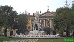 Monument à Garibaldi -  La statue de garibaldi, au second plan la chapelle du St Sepulcre à Nice.
