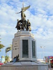 Monument aux morts de la guerre de 1914-1918 - Français:   Cannes - Monument aux morts - Ensemble, côté hôtel de ville