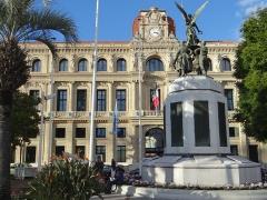 Monument aux morts de la guerre de 1914-1918 - Français:   Cannes - Monument aux morts - Ensemble, côté port, avec l\'ôtel de ville