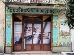 Boutique dite Boucherie moderne - Français:   Pamiers (Ariège) Boucherie moderne, 81 rue Gabriel Péri Devanture Art Moderne en faïence de Gien.