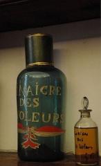 Ancien Hôtel Dieu, actuellement résidence Hector d'Ossun - Français:   Vinaigre des 4 Voleurs dans la pharmacie de l\'Hôtel-Dieu de Saint-Lizier (Ariège, France).