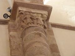Eglise paroissiale Saint-Blaise -  Sur ce chapiteau de grès rouge, des personnages se tenant par la main ont été sculptés.