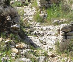 Oppidum de la Cloche - English: East access path