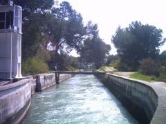 Aqueduc de Roquefavour (également sur commune d'Aix-en-Provence) -  Le canal à sa sortie de l'aqueduc de Roquefavour