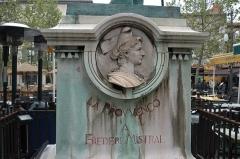 Monument à Frédéric Mistral - Français:   Bas relief de Mireille sculpté par férigoule sur le socle de la statue de Mistral sculptée par Théodore Rivière à Arles