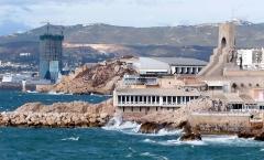 Monument aux héros de l'armée d'Orient et des terres lointaines, square Lieutenant-Danjaume -  La Tour CMA CGM de Marseille (147 m de haut), en cours de construction, vue depuis le front de mer d'Endoume.