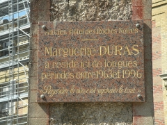 Ancien Hôtel des Roches Noires - Français:   Plaque rendant hommage à Marguerite Duras sur l\'hôtel des Roches Noires à Trouville-sur-Mer; elle y a résidé entre 1963 et 1996.