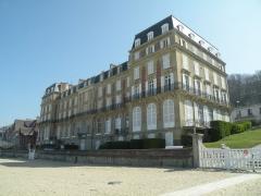 Ancien Hôtel des Roches Noires - Français:   L\'hôtel des Roches Noires à Trouville-sur-Mer, vu de la plage.