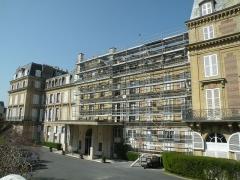 Ancien Hôtel des Roches Noires - Français:   L\'hôtel des Roches Noires à Trouville-sur-Mer, vu de la rue du Général Leclerc.