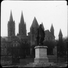 Statue de Louis XIV - English: Statue of Louis XIV in front of the Abbaye aux Hommes, Caen (Calvados, Basse-Normandie); in the background, the church of Saint-Étienne (St Stephen).