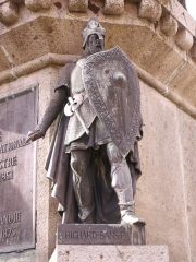 Statue de Guillaume le Conquérant - English: Photo of Richard the Fearless as part of the Six Dukes of Normandy statue in the Falaise town square.