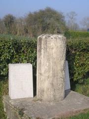 Groupe sculpté de la bataille de Formigny - Aignerville (Normandie, France). Borne érigée par Arcisse de Caumont (1801-1873) commémorant la bataille de Formigny.