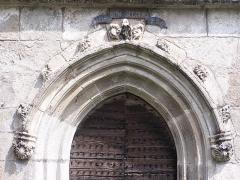 Château de Caillac - Arc brisé, XVe siècle, porche de la chapelle Saint-Ferréol (Notre-Dame-du-Bon-Secours) à Salsignac, commune d'Antignac (Cantal).