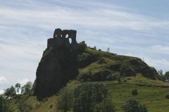 Château fort d'Apchon -  Vue d'ensemble des ruines du chateau d'Apchon