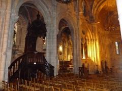 Eglise Saint-Martial - Français:   intérieur de l\'église St-Martial, Angoulême, France; chaire et chapelle latérale