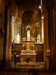 Eglise Saint-Martial - Français:   chapelle latérale nord dédiée à la Vierge, église St-Martial, Angoulême, France; autel inscrit M.H. ainsi que la peinture monumentale en arrière plan représentant le Couronnement de la Vierge.