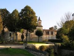 Château de Bouëx - Français:   église, monument aux morts et château de Bouëx