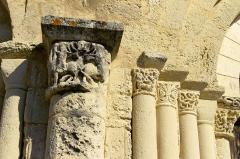 Eglise Saint-Jean-Baptiste - Français:   Église de Ronsenac, Charente, France - colonnes à gauche de l\'entrée