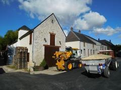 Château de Bourgon - Machine à vendanger Gregoire, tracteur et remorque agricole, au village vigneron des Loges, Pouilly-sur-Loire (Nièvre, France).