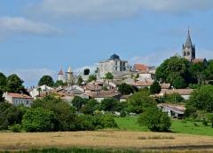 Eglise Saint-Romain - Français:   Vue du bourg, avec le château et l\'église, depuis la D17, Villebois-Lavalette, Charente, France.