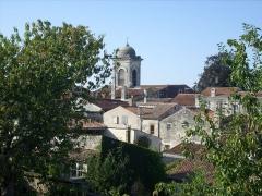 Ancien temple protestant, aujourd'hui église catholique Saint-Martin - Français:   Centre-ville et clocher de l\'église Saint-Martin, Pons