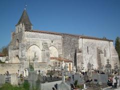 Eglise Saint-Michel - Français:   L\'église d\'Ozillac, vue depuis le cimetière